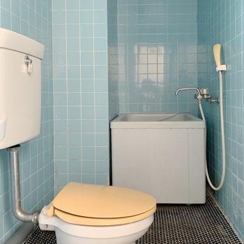 おトイレの奥にお風呂があります。※写真はクリーニング前になります。