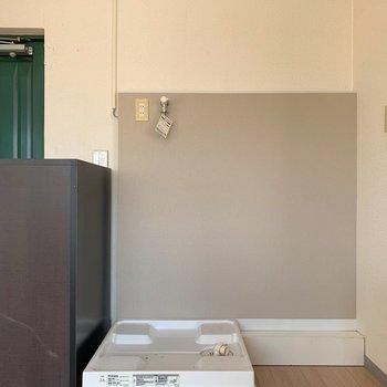洗濯機置き場は玄関入ってすぐ横です。