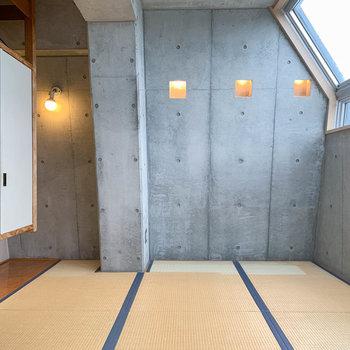 【和室】サイドの壁はコンクリ打ちっ放し。フリースタイル。