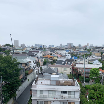 バルコニーからの眺望は、住宅街です。
