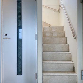 階段登場。ちなみに左の扉はサブの玄関です。(メイン玄関は後で)