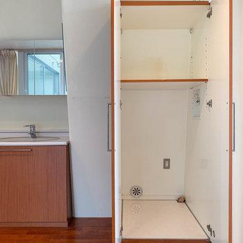 【洋室】洗面台の右の扉開けると、ここが洗濯機置き場だそうです。