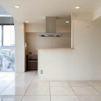 【LDK】窓辺、右側にキッチンエリアです。