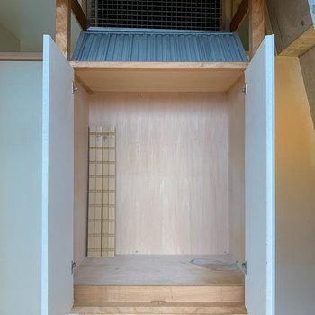 【和室】そうそう、収納の上にクーラー隠れてるんです。上手だなあ。