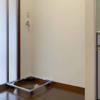 扉近くに洗濯機と冷蔵庫置き場があります。