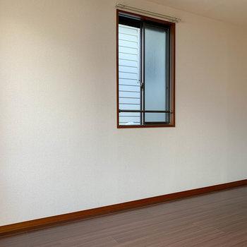 角部屋なので、サイドにも窓あります。