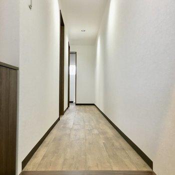 玄関から階段へ繋がる廊下です。