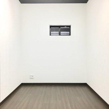 洋室②】ここが4帖の洋室。ダークブラウンで落ち着いた雰囲気に。
