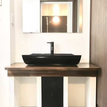 洗面台はモダンでスタイリッシュなデザイン。
