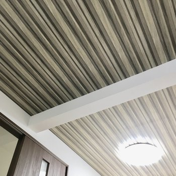 天井のクロスがゾーニング効果でお部屋に奥行き感を出してくれます。