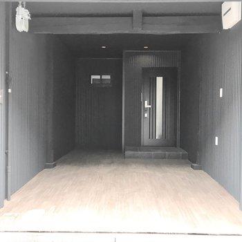玄関横のスペースはメンテナンス道具などの収納スペースに。