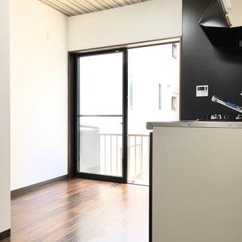 キッチン家電は奥の壁沿いかな。