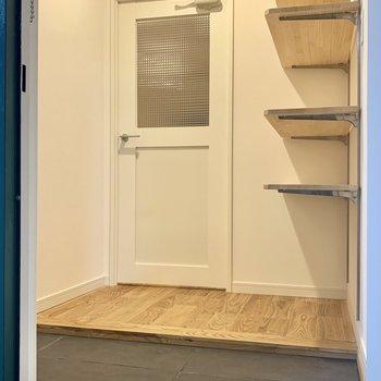 玄関にはなんと土間付き!可能式の棚も使い勝手良さそうです◎