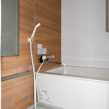 ウッドパネルを貼った浴室。※写真は通電前のものです。