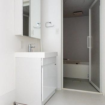 右手に洗濯機置場と洗面台。※写真は通電前のものです。