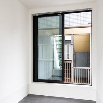 両側に窓があり、通気性も良好。※写真は通電前のものです。