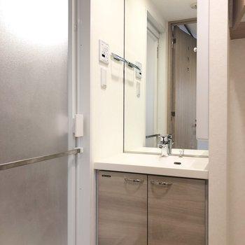 鏡の大きな洗面台。※写真は前回募集時のものです