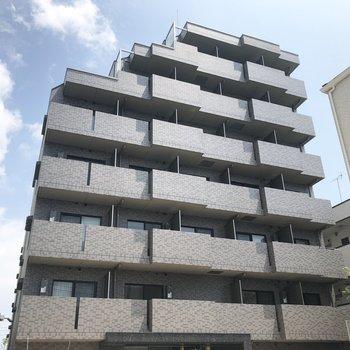 グレータイルの7階建マンションです。※写真は前回募集時のものです