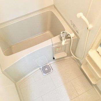 お風呂はミラーとシャンプーラック付き。