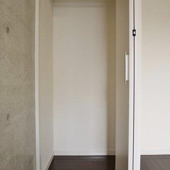 収納は小さめ。※写真は同タイプの別室。