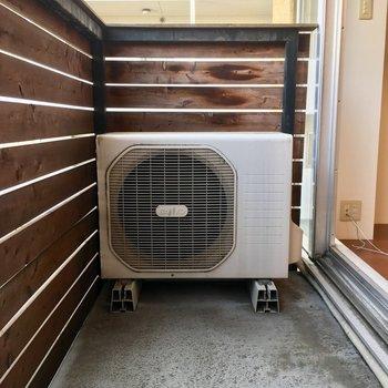 ウッドデッキバルコニーなので柔らかい印象。※写真は3階の反転間取り別部屋のものです