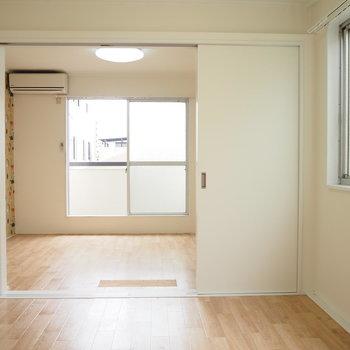 洋室②】4帖の洋室からの眺めです