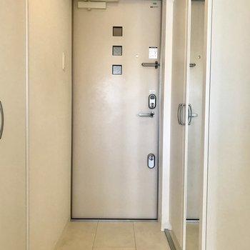 玄関はちょうどいいサイズ感、ご近所さんは傘立てをドア付近に置いていました〜