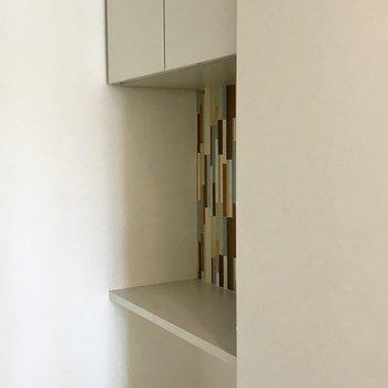 キッチンの後ろには炊飯器も置けそうな棚あり!