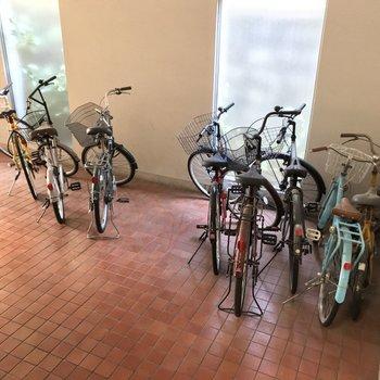 駐輪場は建物の中に。雨に濡れないのが嬉しいですね。