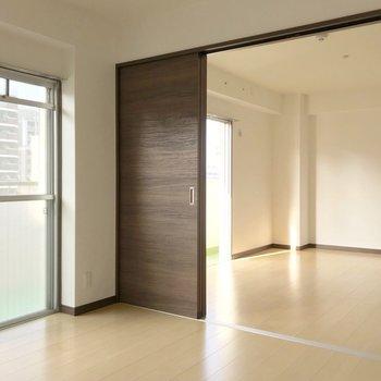 洋室は横並び。どちらからもバルコニーに出られますよ。
