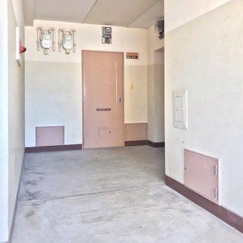 共用廊下は少しレトロ。モニターホンはリノベの特権です。