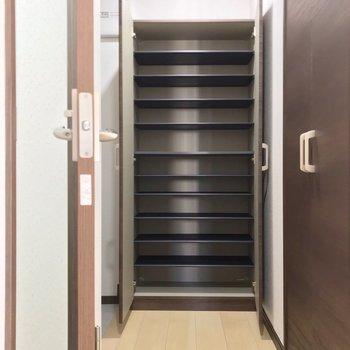 廊下のつきあたりには大容量のシューズボックス!