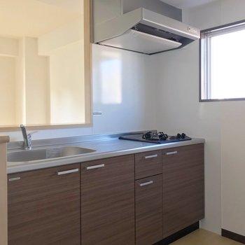 キッチンは2口コンロ。窓もあるので換気もできます。