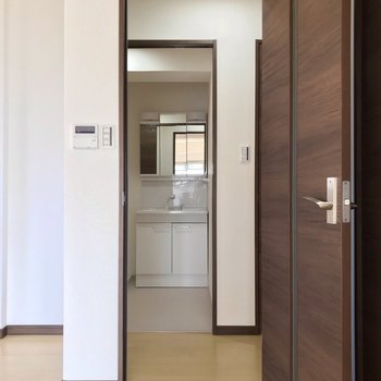 扉の向かいには脱衣所。右側が玄関です。