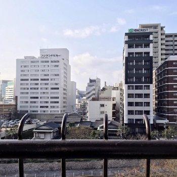 目の前は博多川。都会だけど、目の前の建物とは離れていて、穏やかに暮らせそう。