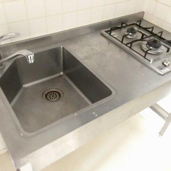 2口コンロに、調理スペースもありますね。※写真は5階の似た間取り別部屋のものです