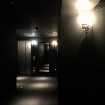 会員制クラブのような雰囲気の1階ロビー。