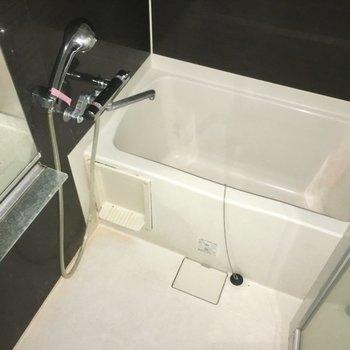 ダークな壁と透明ドアがオトナな雰囲気のお風呂※写真は5階の似た間取り別部屋のものです