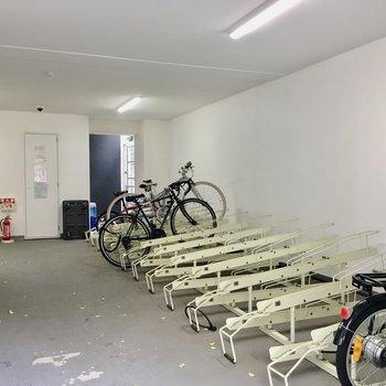 高級自転車もきれいに保管できる室内駐輪場♪