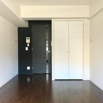ブラックのドアもかっこいいですね。※写真は5階の似た間取り別部屋のものです
