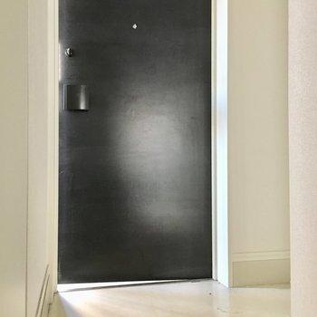 モノトーンのシンプル玄関※写真は5階の似た間取り別部屋のものです