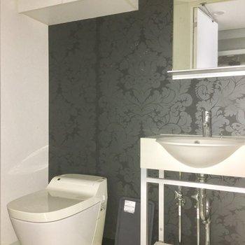 さりげなくボタニカルな壁紙がラグジュアリーな雰囲気のサニタリースペース※写真は5階の似た間取り別部屋のものです