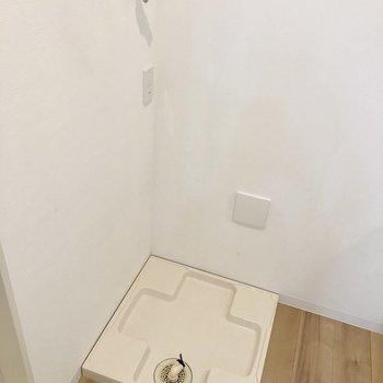 キッチンの前には洗濯機置場※写真は1階の同間取り別部屋のものです