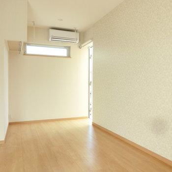 細長い窓で採光。※写真は3階の同間取り別部屋のものです