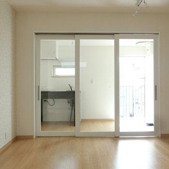 ガラスの引き戸が素敵です。※写真は3階の同間取り別部屋のものです
