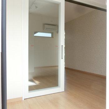 コンパクトな玄関から。※写真は3階の同間取り別部屋のものです