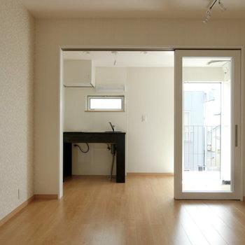 寝室とキッチンスペースは分けてもつなげても。※写真は3階の同間取り別部屋のものです