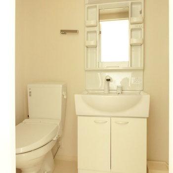 嬉しい独立洗面台。※写真は3階の同間取り別部屋のものです