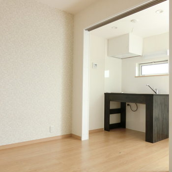 白のなかにキッチンが映えます。※写真は3階の同間取り別部屋のものです