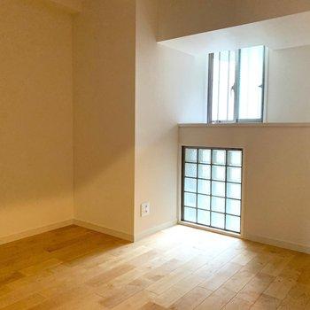 洋室①】小窓もついて柔らかな光がさしこみます!